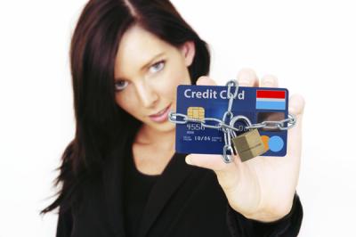 Имеет ли право банк блокировать зарплатную карту без решения суда